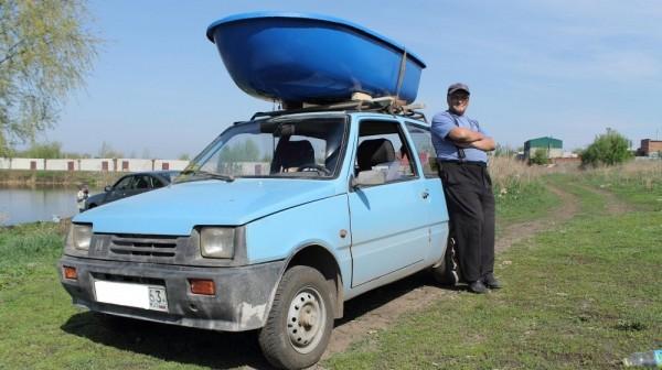 bagaznik-lodka-na-krishu-avtomobilya