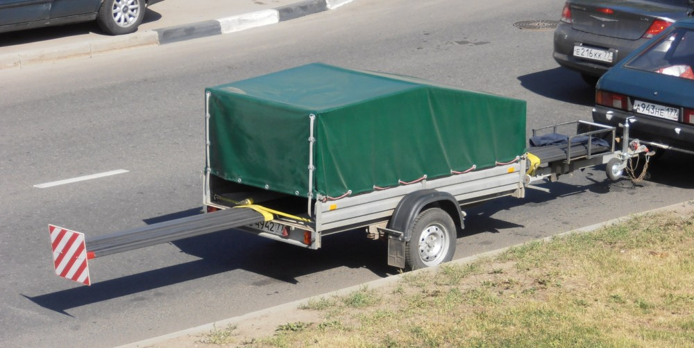 Процесс перевозки длинномерных грузов легковым прицепом