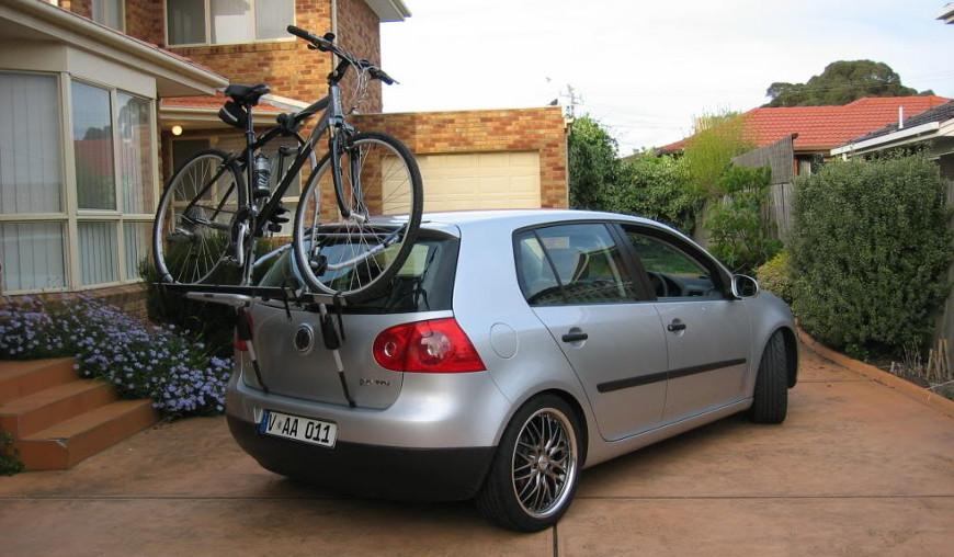 Вот так крепится велосипед на держателе к задней двери